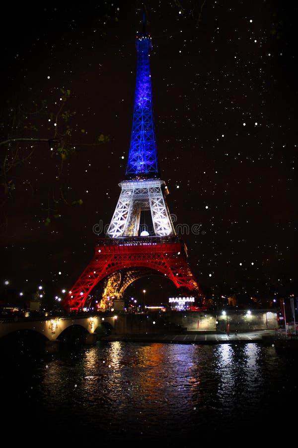 eiffel torn Neonljus av nattstaden paris fotografering för bildbyråer