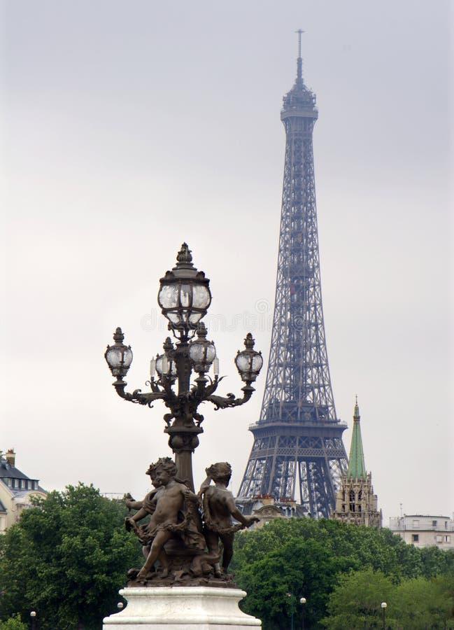Eiffel-tour dans la soirée et la lampe photo stock