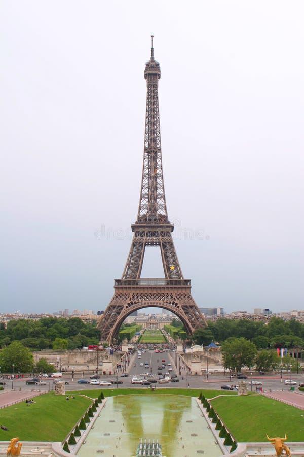 Eiffel-tour en soirée images stock