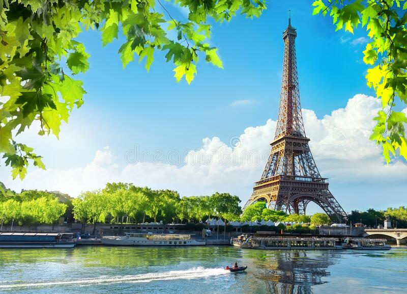 Eiffel Tower i soluppstigningstid arkivfoton