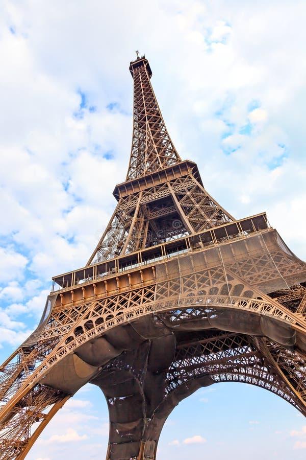 Eiffel turnerar eller står hög landmarken. Sned boll metar beskådar. Paris Frankrike arkivbild