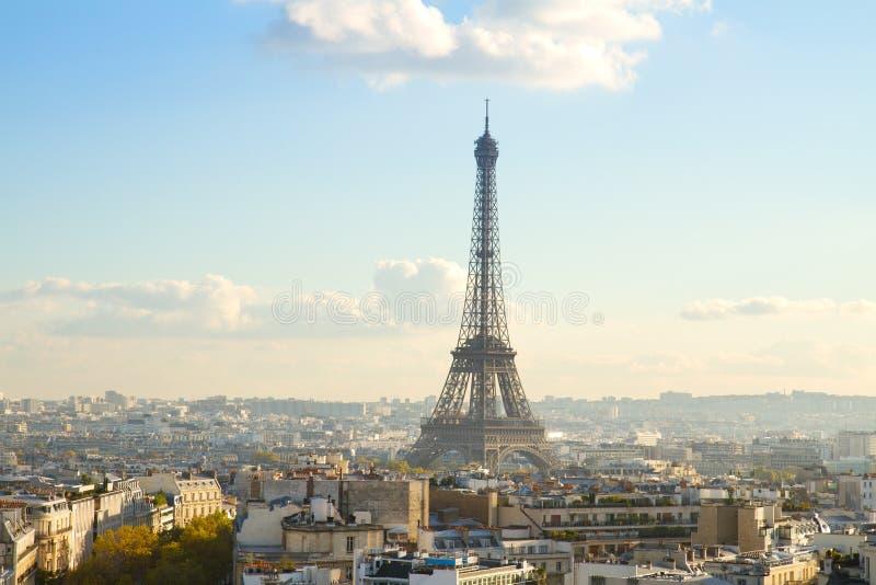 Eiffel turnerar och Paris cityscape royaltyfri bild