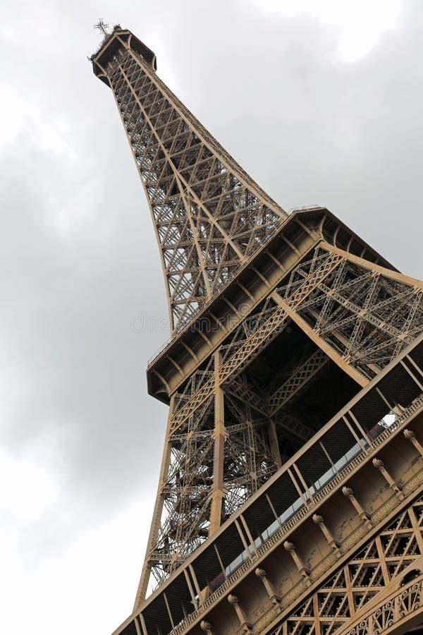 eiffelförmiger Turm, von unten absichtlich in vertikaler Richtung geneigt stockfotografie
