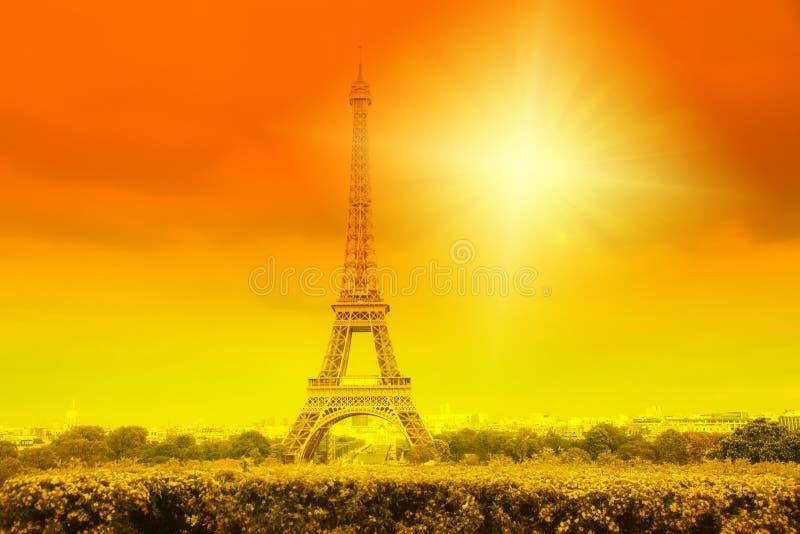 eiffeltoren en felsun op oranje - hittegolf in Parijs, Frankrijk stock afbeeldingen