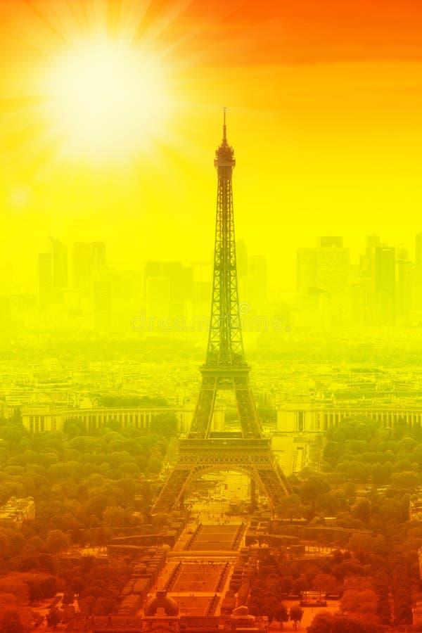 eiffeltoren en felsun op oranje - hittegolf in Parijs, Frankrijk royalty-vrije stock afbeeldingen