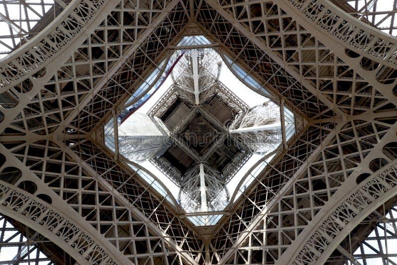 Eiffeltorn centrerade att se uppåt från markplan arkivbilder