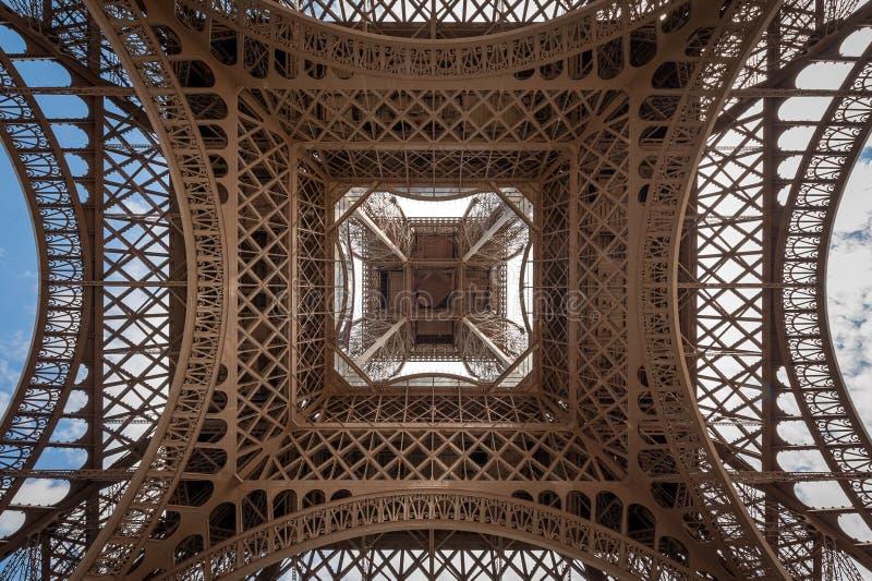 Eiffeltorn direkt underifrån mitten royaltyfri foto