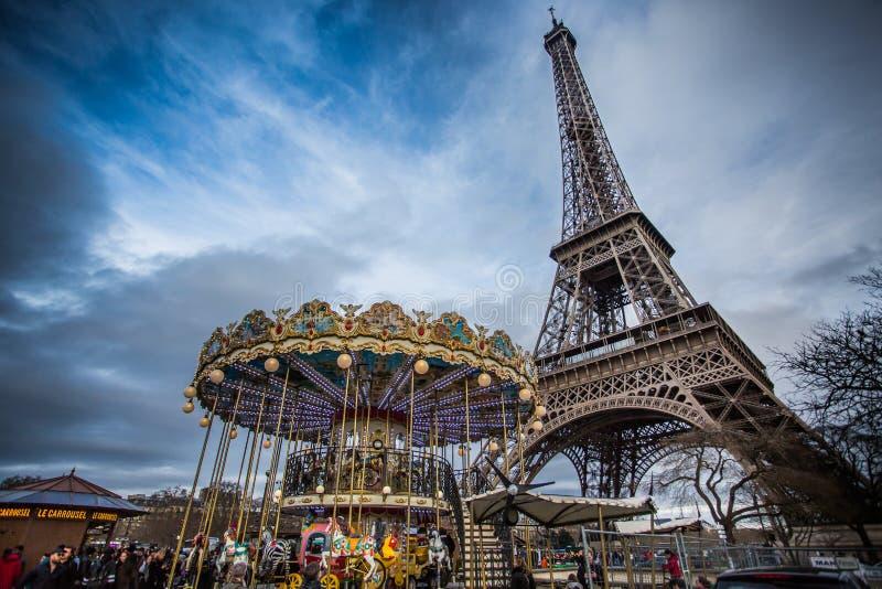 Eiffeltorn för tappningkarusell nästan, Paris arkivfoton