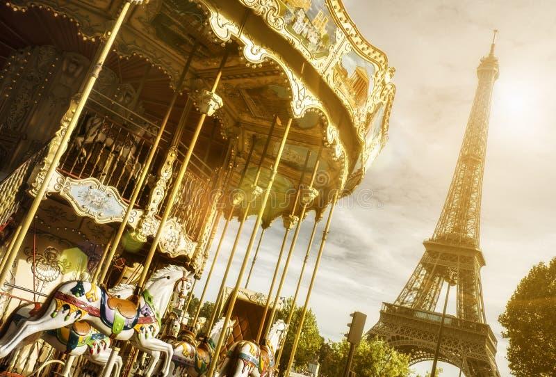 Eiffeltorn för tappningkarusell nästan, Paris med solsignalljuseffekt royaltyfri foto