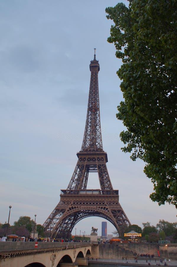 Eiffeltorn från över floden royaltyfria foton