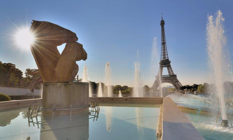 Eiffeltorn från dammen av det Trocadero stället och solen shinny bak statyn arkivfoton