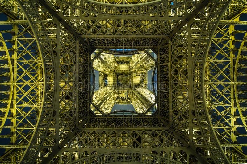 Eiffeltorn från grund på natten royaltyfri bild