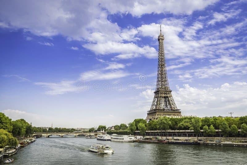 Eiffeltorn från låg vinkel med Seine River arkivfoto