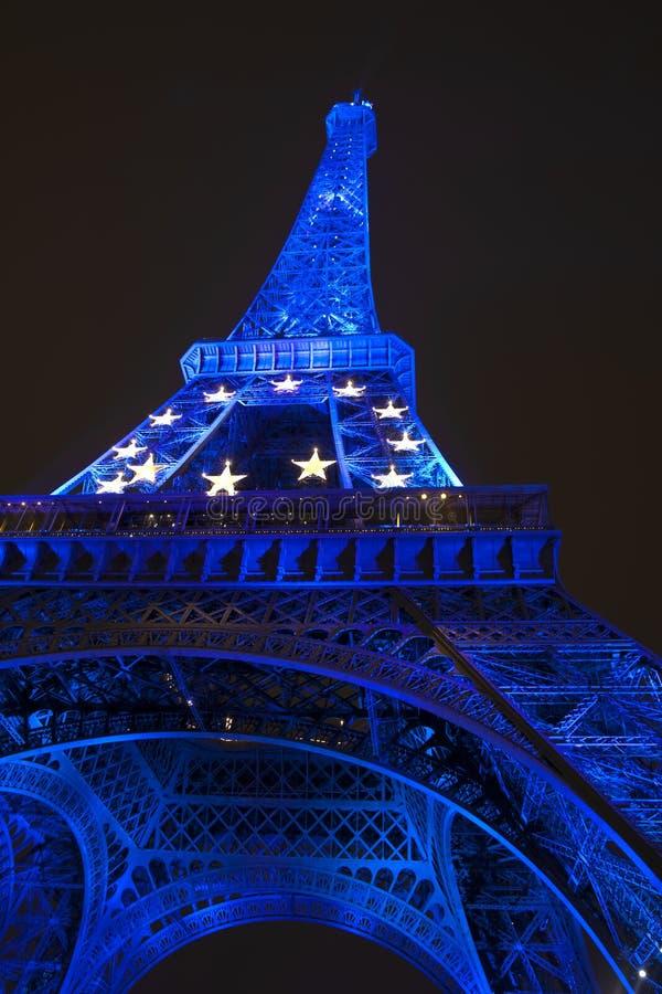 Eiffeltorn i blått ljus royaltyfri fotografi