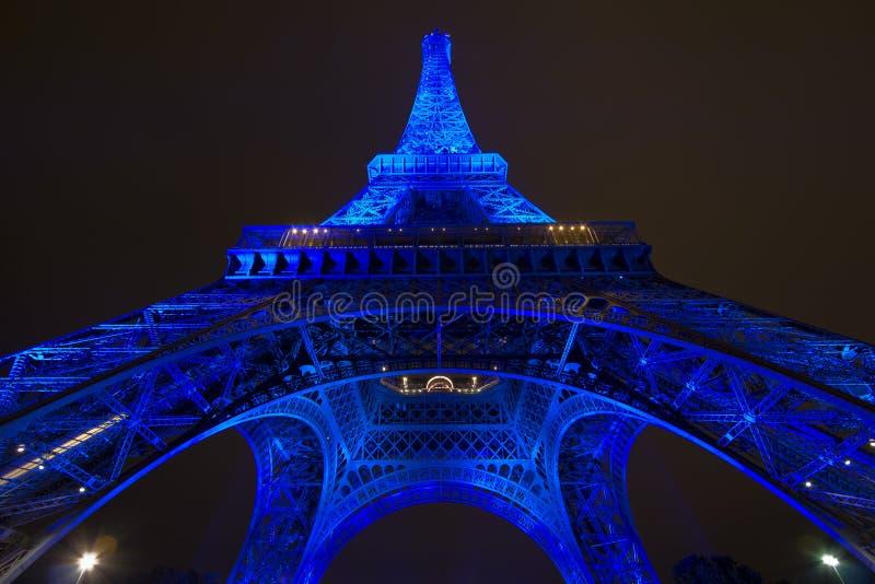 Eiffeltorn i blått ljus arkivbilder