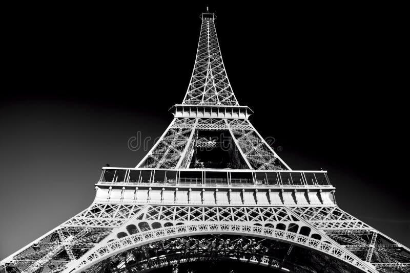Eiffeltorn i den konstnärliga signalen som är svartvit, Paris, Frankrike arkivbild
