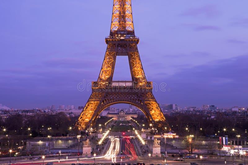 Eiffeltorn i en purpurfärgad solnedgång royaltyfri foto