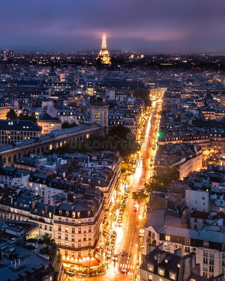 Eiffeltorn i molnen i Paris royaltyfri bild