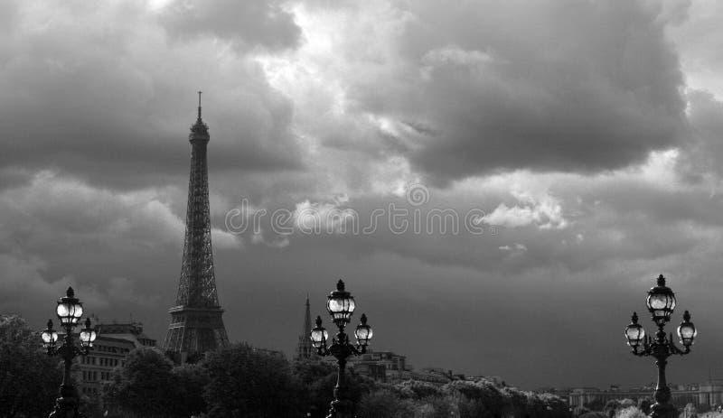 Eiffeltorn i molnet arkivfoton