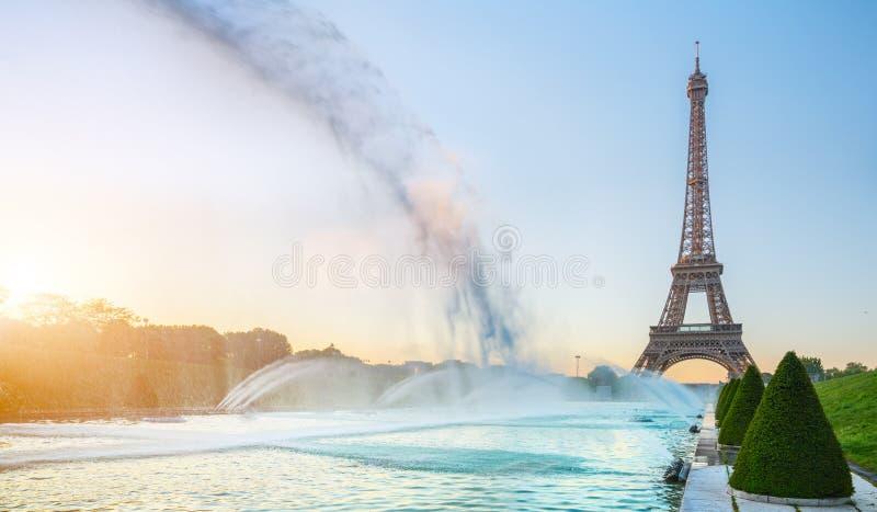 Eiffeltorn i Paris på soluppgångmorgonen arkivbild