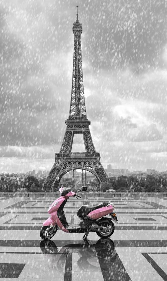 Eiffeltorn i regnet med den rosa sparkcykeln av Paris Svart och W royaltyfri foto