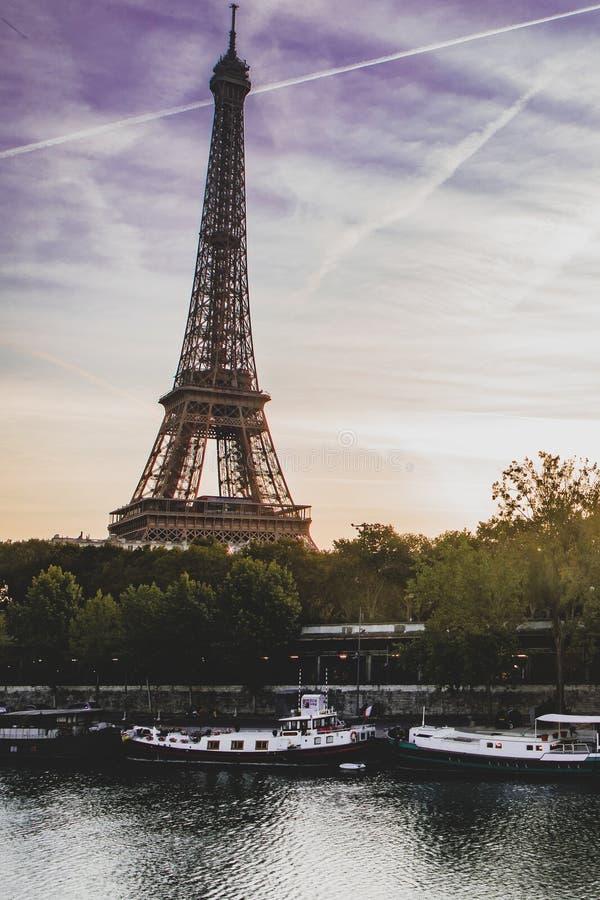 Eiffeltorn i resningsolen, Paris arkivbilder