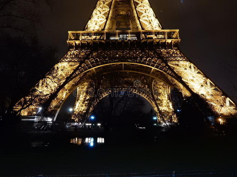Eiffeltorn iluminated på natten royaltyfri foto