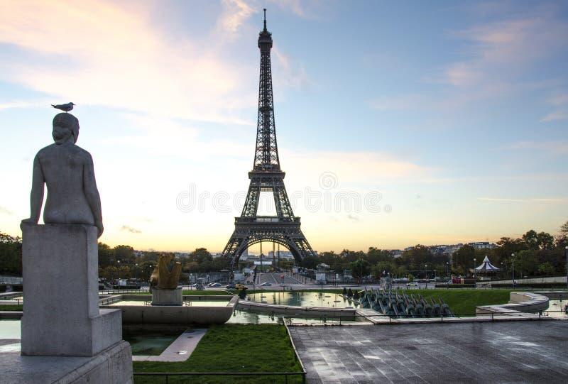 Eiffeltorn med fågeln på statyn Trocadero ställe paris france arkivfoto