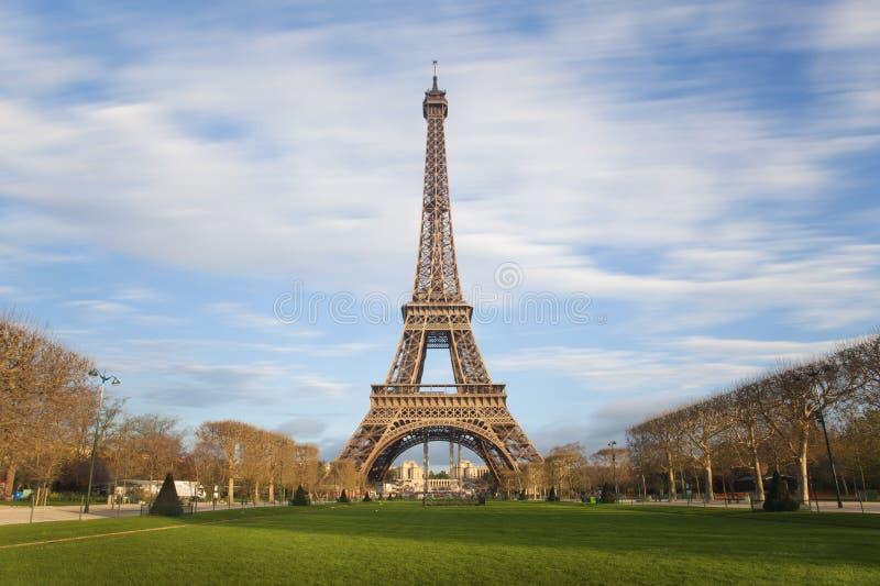 Eiffeltorn med flyttning fördunklar på blå himmel i Paris royaltyfria foton