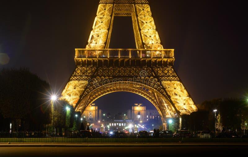 Eiffeltorn med guld- belysning vid natt i Paris royaltyfri foto