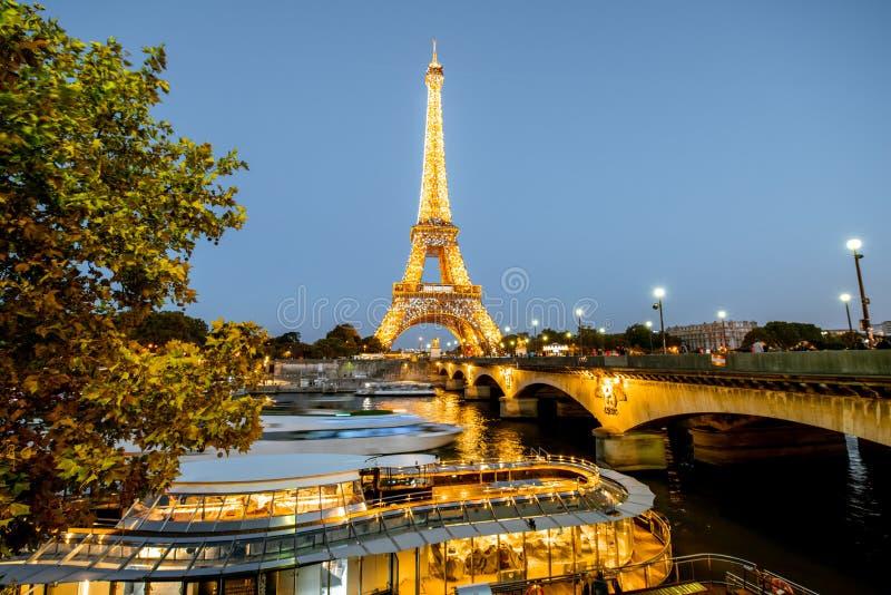 Eiffeltorn med ljus kapacitetsshow arkivbild