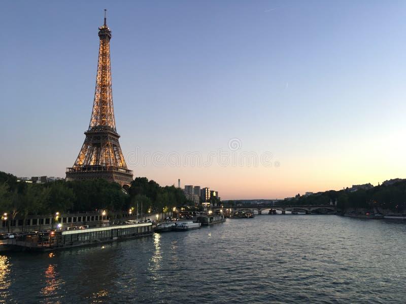 Eiffeltorn med seina på natten royaltyfria bilder