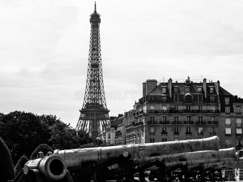 Eiffeltorn och Armémuseum arkivbilder
