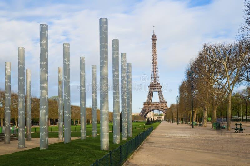 Eiffeltorn och kolonner av väggen av fred i Paris royaltyfria bilder