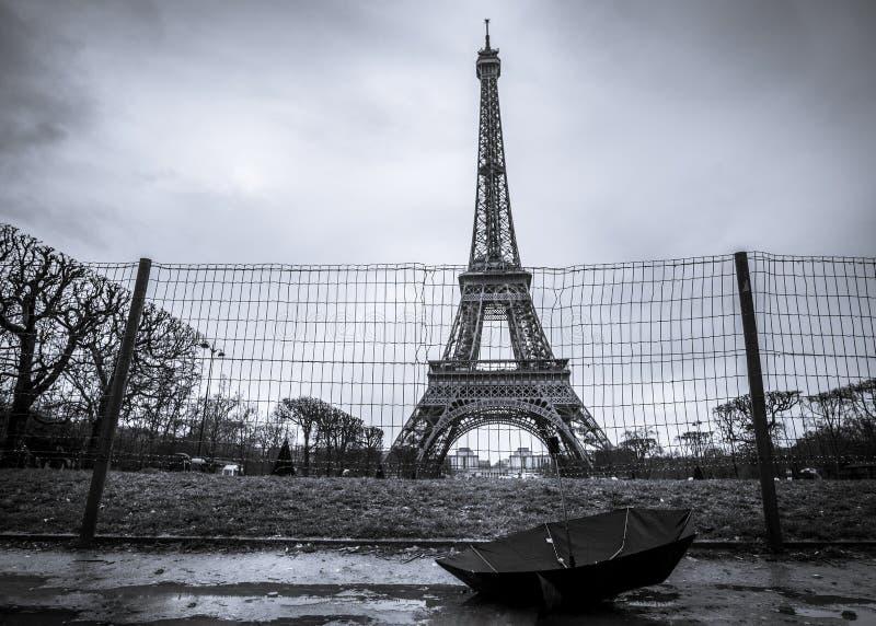Eiffeltorn och paraply på en regnig dag arkivfoto