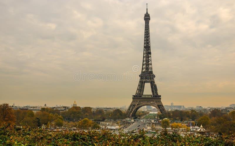 Eiffeltorn- och Paris cityscape från Jardins de Trocadero under solnedgång i höst, Paris, Frankrike arkivfoto