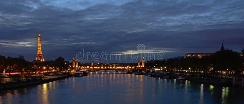 Eiffeltorn- och Pont Alexandre III bro i Paris på på natten royaltyfri foto
