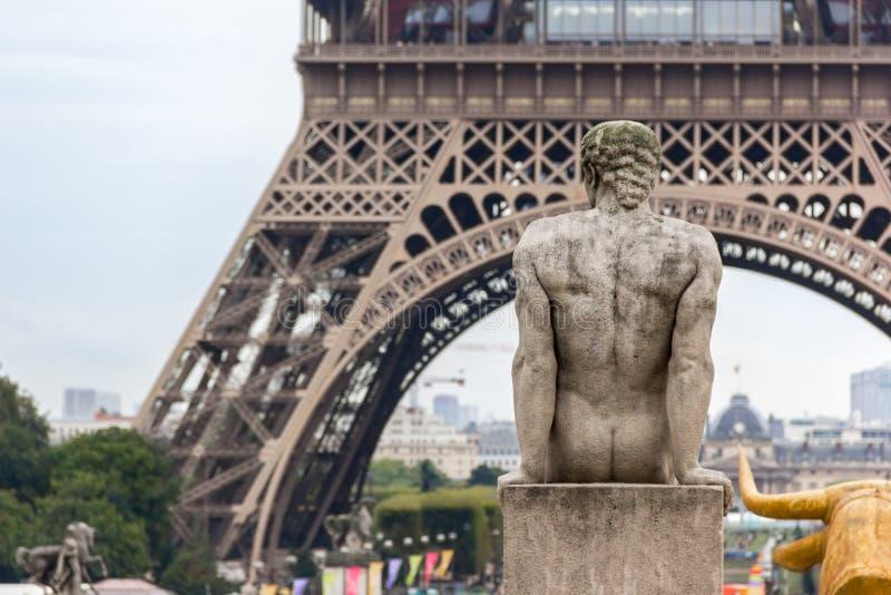 Eiffeltorn och skulpturer i Trocadero arkivfoton