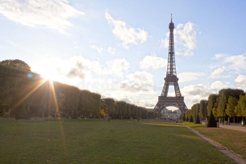 Eiffeltorn och solen med dess strålar i Paris arkivfoto