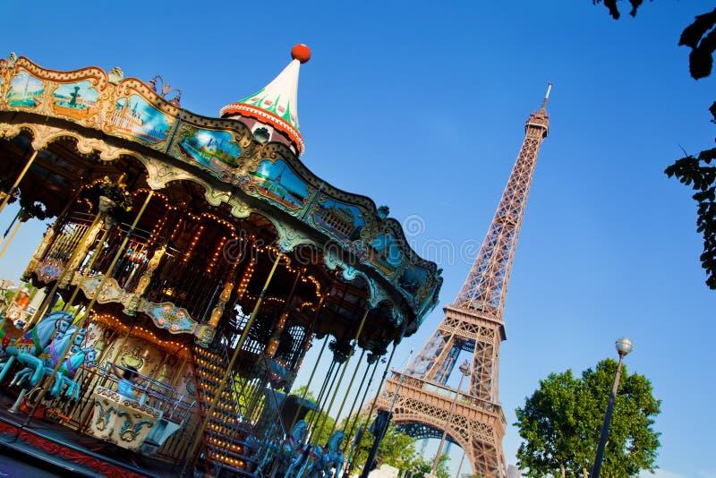 Eiffeltorn- och tappningkarusell, Paris, Frankrike royaltyfri fotografi