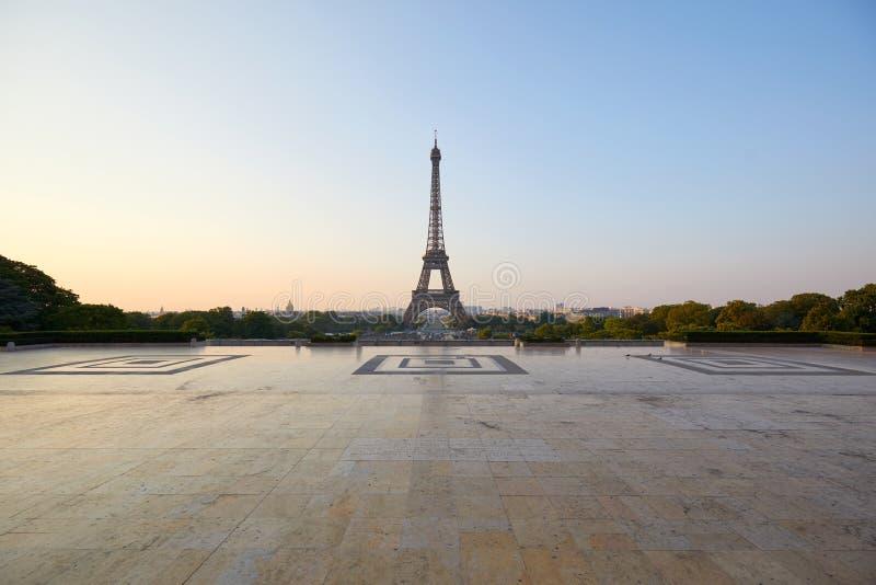 Eiffeltorn och tom Trocadero fyrkant, ingen i en klar morgon i Paris, Frankrike arkivfoto