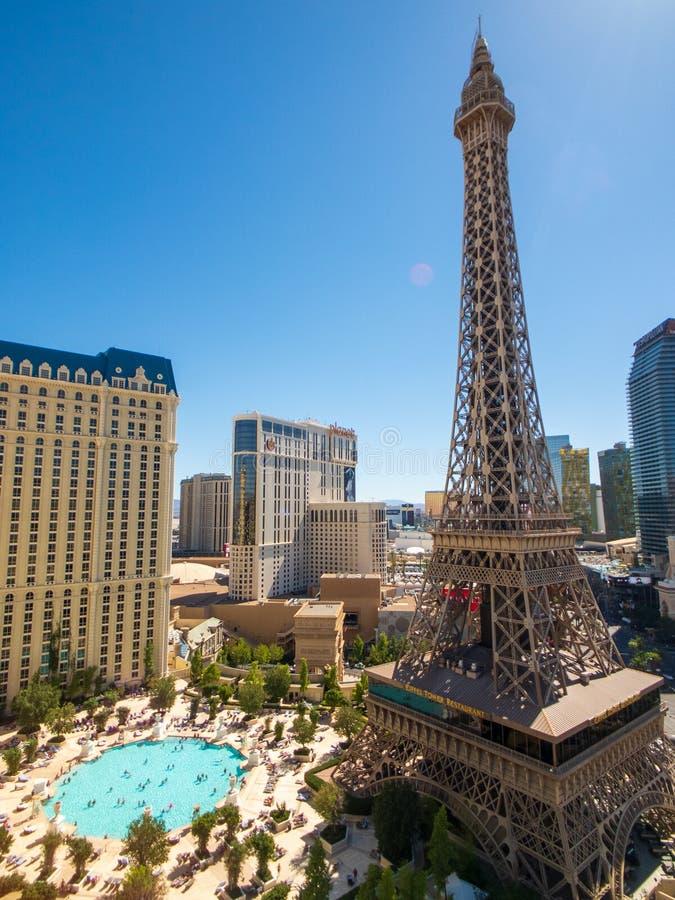 Eiffeltorn på den flyg- sikten för Paris kasino från det Ballys hotellet på den soliga morgonen fotografering för bildbyråer