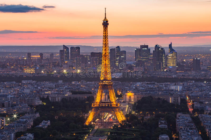 Eiffeltorn på natten i Paris, Frankrike arkivfoton