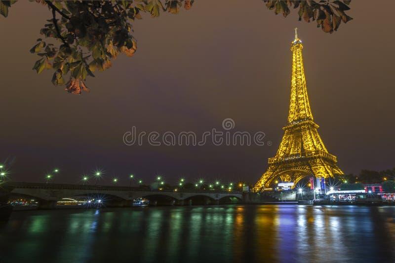 Eiffeltorn på natten och den Iena bron royaltyfria foton