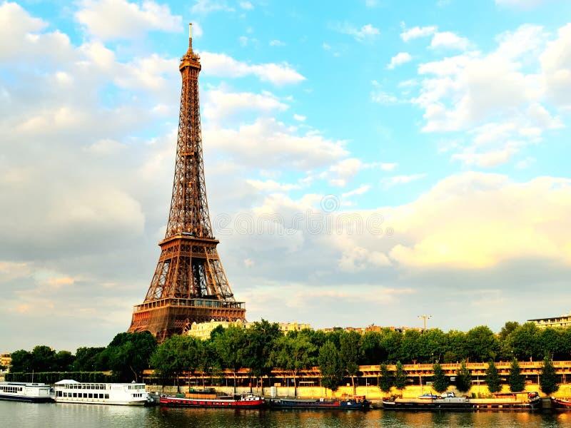 Eiffeltorn på skymning Seine River royaltyfri fotografi