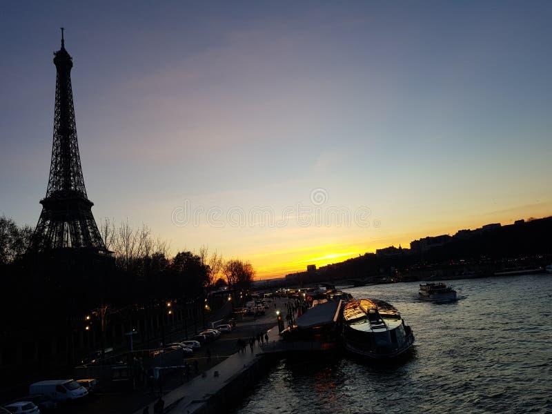 Eiffeltorn på solnedgången royaltyfria bilder