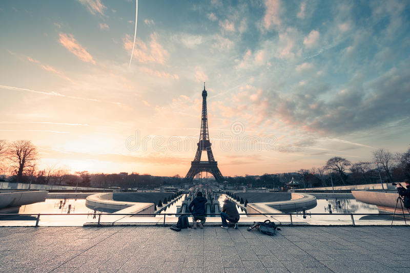 Eiffeltorn på soluppgång arkivfoton