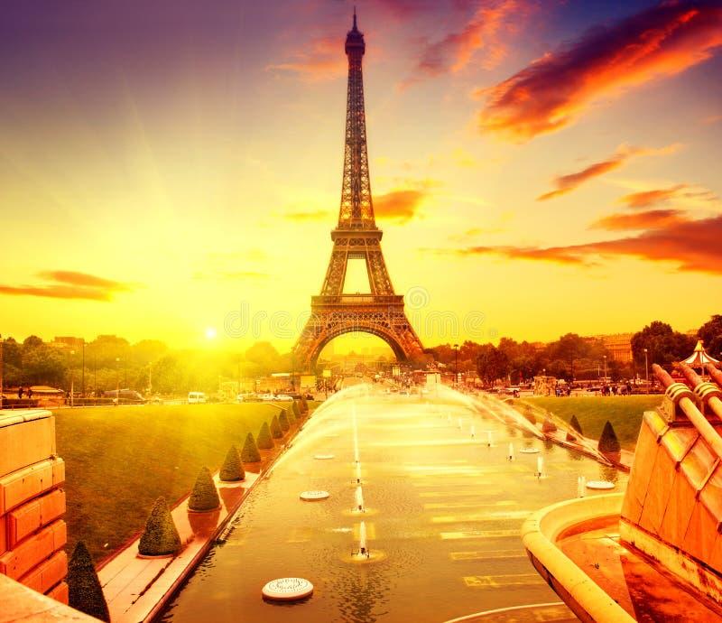 Eiffeltorn på soluppgång, Paris, Frankrike royaltyfri fotografi