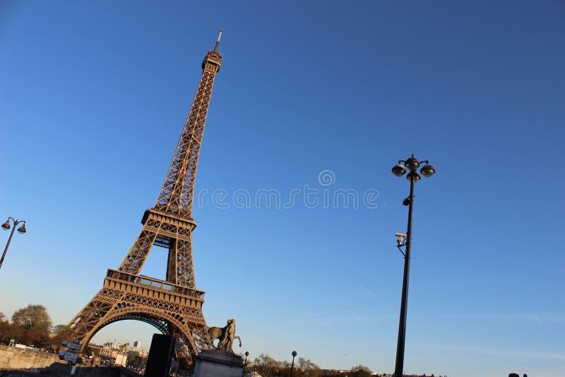Eiffeltorn på vinkeleftermiddag royaltyfri fotografi