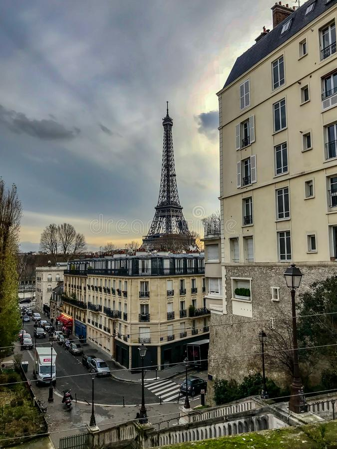 Eiffeltorn som beskådas bland Paris byggnader på den högra banken, Paris, Frankrike arkivfoto